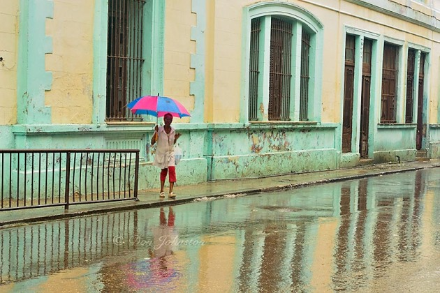 I waited for passersby with umbrellas to walk through this scene. 1/10 s@f16 ISO 800